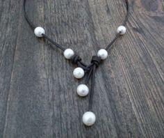a02461a4adac Collar de cuero y perlas cultivadas de agua dulce por CaneladePlata. Perlas  Cultivadas De Agua