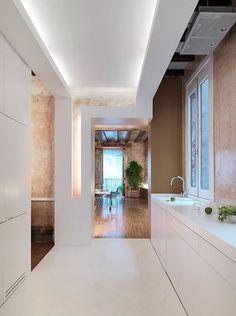 Un viejo y oscuro piso transformado en un espacioso departamento.