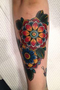 Schöne traditionelle Oldschool bunte Blumen Tattoo am Arm