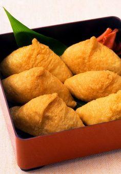 いなり寿司。Inarizushi is a kind of sushi made of aburaage (deep-fried tofu) stuffed with rice.