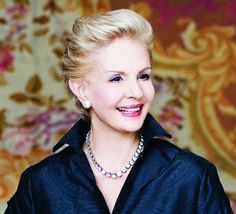 In the Carolina Herrera made the International Best Dressed List many times and was recognized as one of the Ten Most Elegant Women in the World by Elle magazine. Carolina Herrera, Medium Short Hair, Medium Hair Styles, Short Hair Styles, Beyonce, 50 Fashion, Fashion Trends, Perfume, Vogue Magazine