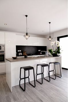 Mart black splashback and gloss white cabinets Modern Kitchen Interiors, Dining Table In Kitchen, Contemporary Kitchen, Open Kitchen And Living Room, Kitchen Design, Kitchen Inspirations, Kitchen Tiles Design, Kitchen Interior, Modern Kitchen Design