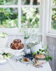 Currently waiting for my flight to Bordeaux, which is slightly delayed, so I'm dreaming about this cake table I made for our workshop in Gotland. An apple cake with brown butter frosting, a sweet little rhubarb bundt cake with lime glaze and a tiny apple pie. It was a lot of work getting a table with 4 cakes together as I messed up about 5 bundt cakes (due to old baking pans, so technically not my fault!!) 😂Total cake fail. Still delicious though. #swedishsol