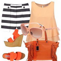Pantaloni corti a righe, bianche e nere con blusa smanicata e svasata effetto doppio. Zeppe arancioni e borsa shopper con frange. Finisce questo look, occhiali da sole color pesca.