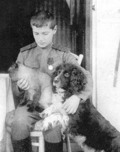 Alexei Romanov with his cat and his spaniel, Joy. Joy survived his master and was taken to England. All of the Romanov children had many pets and loved them dearly. Romanov Family Execution, Czar Nicolau Ii, Tsar Nicolas, House Of Romanov, Alexandra Feodorovna, Imperial Russia, Jolie Photo, Kaiser, Siamese Cats