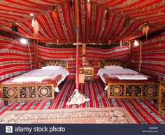 """Style bédouin tente' dans le sable des dunes de Wahiba Oman Banque D'Images Dune, Bedouin Tent, Photo Images, Geodesic Dome, Media Center, Outdoor Furniture, Outdoor Decor, Glamping, Guest Room"