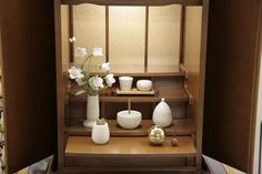 茶湯器とセットで手軽にご飯のお供えができる仏飯器家具調仏壇に合うモダン仏具「仏飯器」です。白地にミカゲ石のような質感と少しアイボリーな感じが、明るい茶系のモダンなお仏壇にぴったりです。優しい雰囲気とタ…