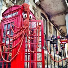 Fabulous giant squid in london yarnbomb.