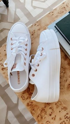 Cute, comfortable, and always fashionable. Converse are always an easy pair! Cute, comfortable, and always fashionable. Converse are always an easy pair! Sneakers Mode, Sneakers Fashion, Fashion Shoes, Shoes Sneakers, Footwear Shoes, Sneakers Rose Gold, Emo Fashion, Platform Sneakers Outfit, All White Sneakers