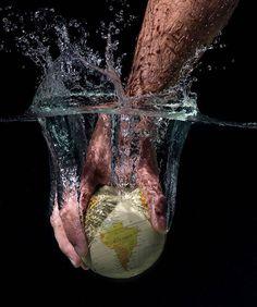 Mundo al agua.  Fotografía publicitaria para campaña.  •  #photography #photopublicitaire #publicidad #diseñografico #fotopublicitaria #mundo #mapamundi #nikon_photography #macro
