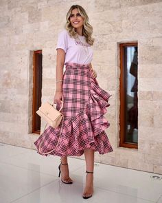 Love this cute casual outfit. Pink Fashion, Modest Fashion, Hijab Fashion, Fashion Dresses, Skirt Outfits, Dress Skirt, Fiesta Outfit, Jeans Rock, Classy Outfits