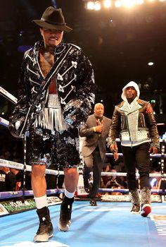 Unbeaten ace sees off Commonwealth champ to retain his IBF super-featherweight title – after dressing as the pop legend. And social medias went crazy about it! Davis retained his title by end… Floyd Mayweather, Boxe Fight, Michael Jackson Outfits, Boxing Images, Indian Yoga, Sport Boxing, Boxing Posters, Lamar Jackson, Boxing Champions