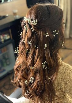 When you think of flowers in the hair for the Mehendi, it's mostly always in the form of a bun or a braid. But what if we told you the latest mehendi hairdo trend is to keep the hair open and then ado. Mehndi Hairstyles, Open Hairstyles, Indian Wedding Hairstyles, Bride Hairstyles, Headband Hairstyles, Hairstyle Ideas, Flower Hairstyles, Teenage Hairstyles, Pretty Hairstyles