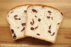 Das Rosinenbrot bzw. der Rosinenstuten ist ein leckeres wunderbar fluffiges Brot zum Frühstück oder Nachmittags-Kaffee. Mit Rumrosinen und Zitronenschale.