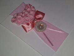 Faixa de meia rosa claro, com coração de rosinhas de cetim, e detalhe em pérolas e strass...
