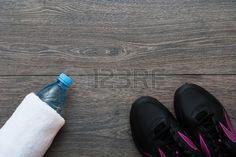 Deporte Traje para ejercicios Equipo para correr en el fondo de madera Foto de archivo