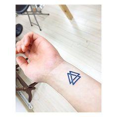 Pequeño tatuaje de un Valknut situado en el interior de la muñeca izquierda. Artista tatuador: Banul
