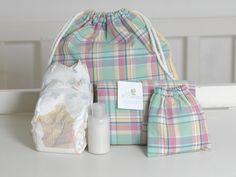 Mochilita de paseo para padres. Incluye un cambiador en compose, una bolsita de género con algodón, y dos pañales para recién nacido. Ideal para las idas al pediatra y a lo de un amigo sin transportarse con tanta cosa!!Un regalo muy útil!.