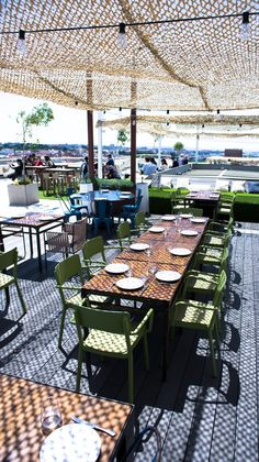Madrid is filled with rooftops with the most picturesque views of the city. Here's a list of Madrid's best rooftop bars. Grill Design, Cafe Design, Roof Top Cafe, Best Rooftop Bars, Outdoor Dining, Outdoor Decor, Outdoor Restaurant, Garden Bar, Rooftop Terrace