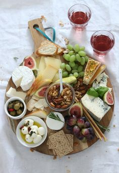 Brunch Recipes {Recipe} The perfect cheese platter and why honey nuts definitely do not fail . Party Finger Foods, Snacks Für Party, Healthy Meals For Two, Healthy Recipes, Party Food Platters, Charcuterie And Cheese Board, Cheese Appetizers, Cheese Party, Party Buffet
