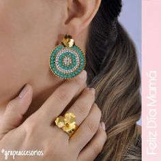 Siempre lista, siempre feliz 😀... ENVÍOS GRATIS a toda Colombia hasta el 15 de Mayo #felizdiamama || Visita nuestra página web… Handmade Jewelry Box, Vintage Jewelry, Beaded Earrings, Beaded Jewelry, Fancy Jewellery, Peyote Stitch, Diy Accessories, Diana, Jewelery