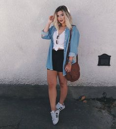 camisa jeans, short preto, tenis branco, t shirt Cute Casual Outfits, Short Outfits, Stylish Outfits, Spring Outfits, Casual Wear, Girl Fashion, Fashion Looks, Fashion Outfits, Swag Fashion