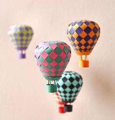 """crédit photo Papermatrix  Anna du site Papermatrix a conçu des ballons / montgolfière en papier et propose de télécharger le gabarit pour réaliser les mêmes. L'idée est d'en faire un mobile et de les regarder voyager. A réaliser par des jeunes ado, le montage est assez méticuleux. Instructions Pour chaque ballon, coupez la forme étoilée dans deux papiers colorés. Superposez les centres et décalez les """"tentacules"""" puis tressez : la vidéo montre assez bien ce qu'il faut faire! Vous pouvez vous…"""