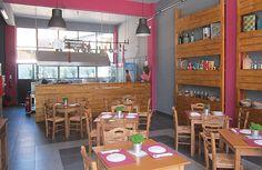 Τίμια, ρεαλιστική κουζίνα Restaurants, Conference Room, Table, Furniture, Home Decor, Image, Room Decor, Meeting Rooms, Mesas