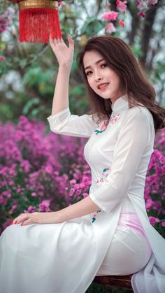 Hours away from kickoff, enjoy some underboob in the mean time Vietnamese Clothing, Vietnamese Dress, Vietnamese Traditional Dress, Traditional Dresses, Vietnam Girl, Beautiful Asian Women, Ao Dai, White Girls, Sexy Outfits