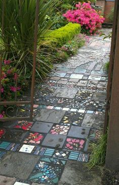 10 DIY garden paths from upcycling finds - cottage life - Diygardensproject.live - 10 DIY garden paths from upcycling finds – Cottage Life paths - Garden Types, Garden Paths, Garden Paving, Garden Planters, Amazing Gardens, Beautiful Gardens, House Beautiful, Party Kulissen, Path Ideas