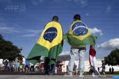 BRAZIL, Ribeirao Prêto : People wearing Brazilian flags arrive at the Santa Cruz Stadium in Ribeirao Prato to attend a France's national football team training session on June 10, 2014, a few days prior to the start of the 2014 FIFA World Cup in Brazil. AFP PHOTO / FRANCK FIFE