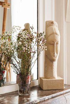 Sculpture et fleurs Cheminée Salon Appartement Artiste Peintre Inès Longevial Paris