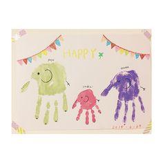 今、オシャレなママの間で赤ちゃんや子供の手形や足形をオシャレに残す「手形アート」「足型アート」が流行しています。子供の手形や足形をポンっと押せば、後はママやパパが可愛く書き足すだけで完成します。