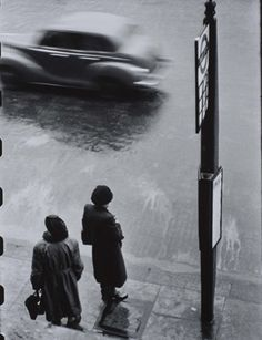 lliot Erwitt, Bus Stop, London 1952 © Elliot Erwitt / Magnum Photos.