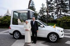 Übergabe: Papst Benedikt XVI. (links) bekommt von Daimler-Chef Dieter Zetsche...
