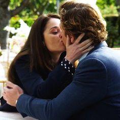 Una bacio tranquillizzato e di sollievo da parte di Lisbon a Jane