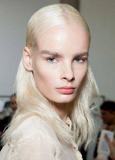 Zaujímavá vlasová kreácia ako dámsky účes pre rok 2014 - pozostáva z nagélovaných vlasov navrchu na hlave a zvyšok je ponechaný bez gélu. Vyzerá to moderne a štýlovo. Vyskúšajte!