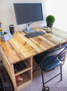 Pallet Board Desk with Total Boat Pallet Barn, Pallet Desk, Diy Pallet Furniture, Home Office Furniture, Furniture Projects, Furniture Making, Diy Wood Desk, Wood Office Desk, Reclaimed Wood Desk