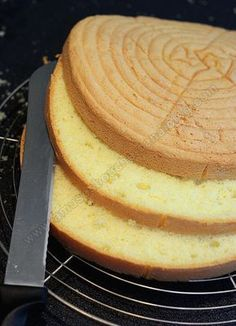 GENOISE Ingredients : 4 eggs 120 g of sugar 120 g flour 1/2 teaspoon baking powder Separate the whites from the yolks, mix the yeast to the flour. In mixer bowl, place the egg whites and mount them snow. When they start out foam add the sugar and whisk until start getting a shiny and firm meringue. Immediately add the egg yolks and flour on. Do not run too long the robot.