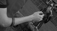 Tatuagem de listras/faixas pretas no braço