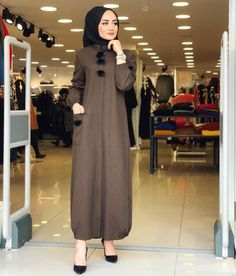 Image may contain: 1 person, standing Modern Hijab Fashion, Arab Fashion, Modest Fashion, Hijab Style Dress, Casual Hijab Outfit, Simple Long Dress, Moslem Fashion, Modele Hijab, Dress Patterns