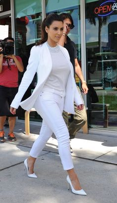 How to Wear White Pants with Slimming Results