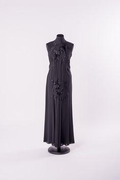 ABENDKLEID 1930-1935 Viskose, Applikationen Online Collections, One Shoulder, Formal Dresses, Fashion, Fashion Styles, Flower Applique, Evening Dresses, Appliques, Black