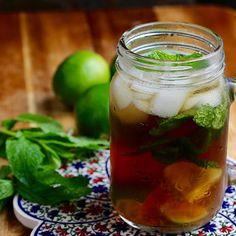 thé glacé style mojito dans un pot mason avec feuilles de menthe