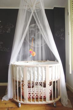 Stokke Sleepi crib with mosquito net