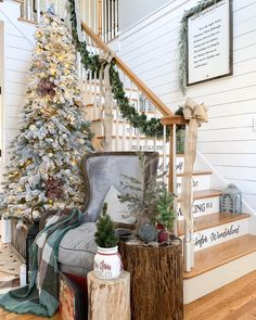 Christmas Staircase decoration ideas are here. From staircase to railings to below the staircase to Christmas Entryway decor ideas are here. Minimal Christmas, Cozy Christmas, Country Christmas, Christmas Holidays, Christmas Decorations, Christmas Ideas, Holiday Ideas, Christmas Lanterns, Xmas