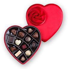 Iets romantischer dan deze hartvormige doos bedekt met de zachtste zijdeachtige, robijnrode stof is haast ondenkbaar.