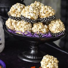 Caramel Popcorn Balls Halloween Popcorn Balls Recipe, Caramel Popcorn Balls Recipe, Homemade Halloween Treats, Candy Popcorn, Popcorn Recipes, Candy Recipes, Dessert Recipes, Carmel Popcorn, Food Art