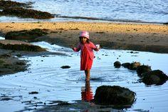 Uma criança brincando na água