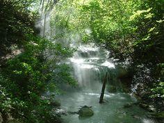 登別温泉 大湯沼川探勝歩道に位置する大正地獄のすぐ近くに、大湯沼から溢れ出した温泉で天然足湯を楽しむ事ができます Hokkaido Japan